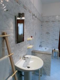 Il Bagno completo di sanitari con doccia e lavanderia